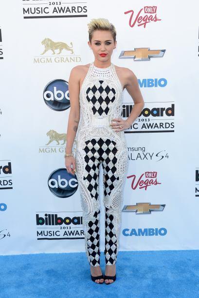 Miley Cyrus nos dejó sorprendidos con este alocado atuendo para los prem...