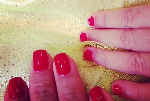 Se pintan las uñas del mismo color.