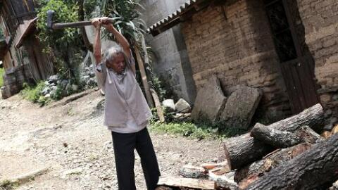 Un hombre mayor en condición de pobreza. A inicios del mandato de Peña N...