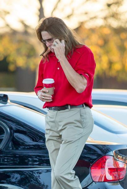 Al puro estilo de 'La Trevi', Bruce Jenner salió con su larga y r...