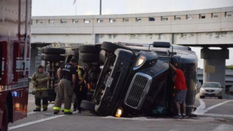 Un camión de 18 ruedas se volvó en la conexión entre las interestatales...