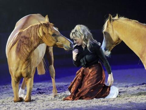 Sylve Willms en un show con dos caballos, en el evento hípico lla...