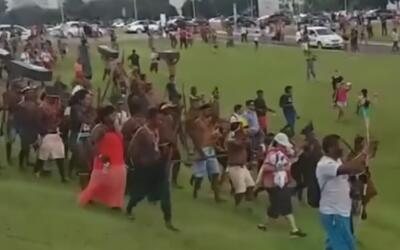 Indígenas se enfrentan con flechas a policías en Brasil