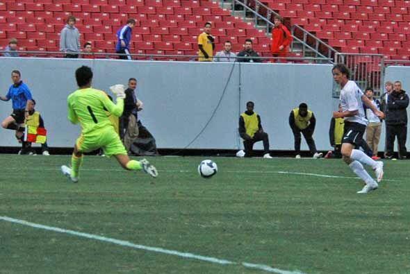 Con el equipo mexicano entregado, su portero Héctor Lomeli se con...