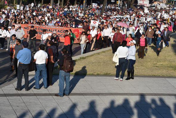 Durante la caminata se observaban cientos de personas con pancartas, mie...