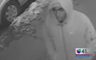 Buscan al hombre que robó y violó a mujer hispana