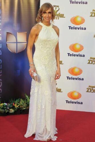 Este vestido beige con flores bordadas y sus adecuados accesorios la hic...