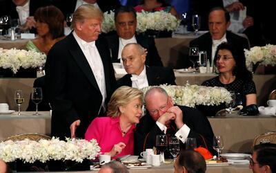 Hillary Clinton charla con el cardenal Timothy Dolan mientras Donald Tru...