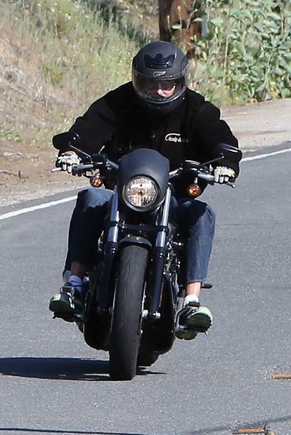 Esta vez iba en su motocicleta.