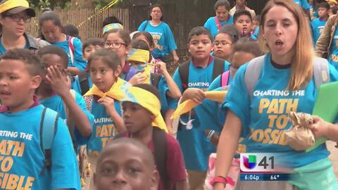 Miles de personas marchan a favor de las escuelas charter