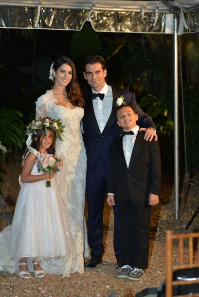 Vanessa y Jorge posaron con sus pequeños pajes.