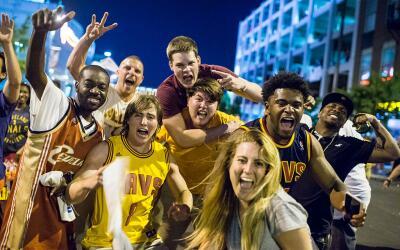 James y sus compañeros de los Cavaliers recibirán el marte...
