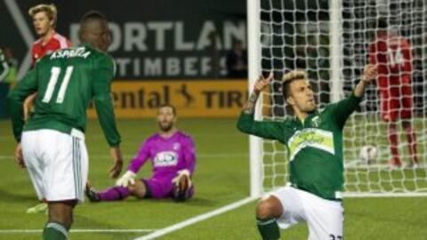 El delantero argentino Maximiliano Urruti celebra su gol con los Portlan...