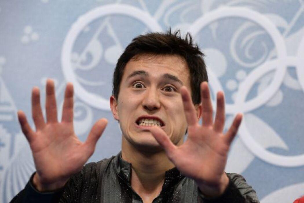Patrick Chan de Canadá hace gestos previo a su calificación en el progra...