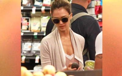 Jessica Alba comprando alimentos