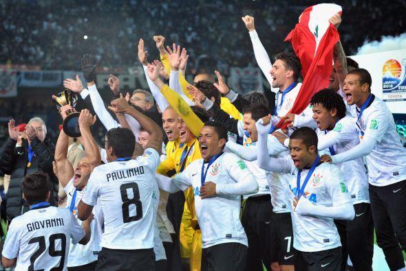 La bandera peruana ondeando por todo lo alto en cuanto el capitán Alessa...