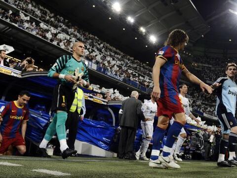 El Real Madrid y el Barcelona salen a la cancha del Estadio Santiago Ber...