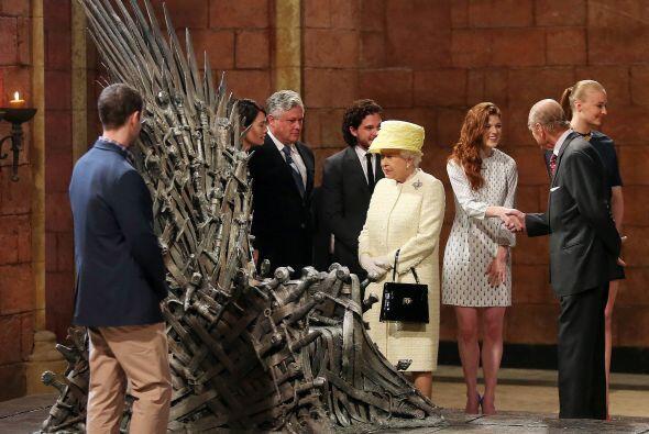 La reina tuvo la oportunidad de saludar a algunos de los miembros del re...