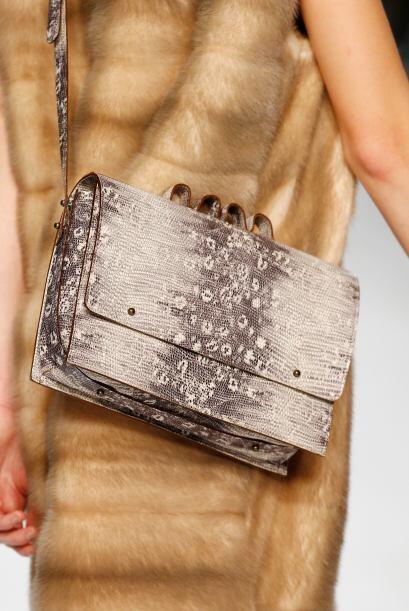 No te olvides de un buen bolso de 'animal print', una de las tendencias...