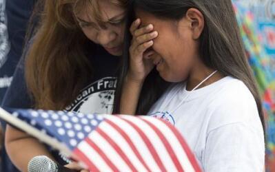 Una niña llora durante una protesta contra la lentitud del gobierno Obam...