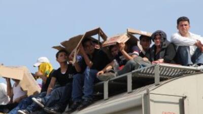 Inmigrantes arriba del tren conocido como La Bestia.