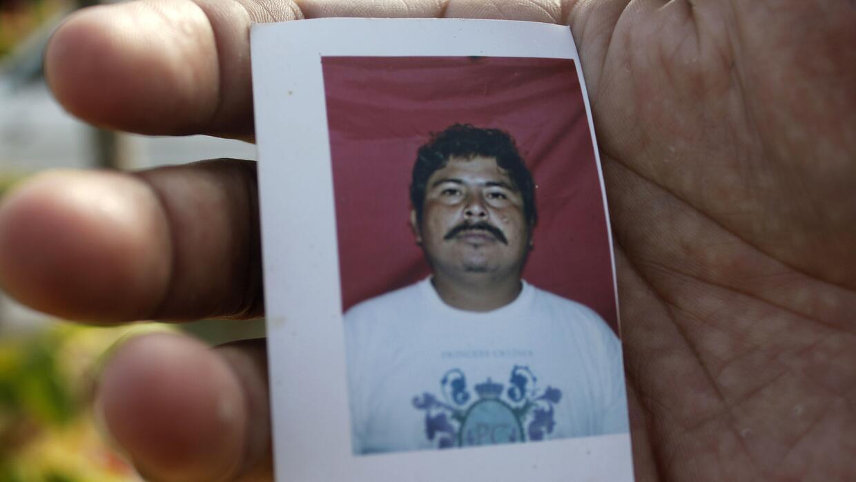 Un familiar de Gregorio Jiménez sostiene un retrato del periodista