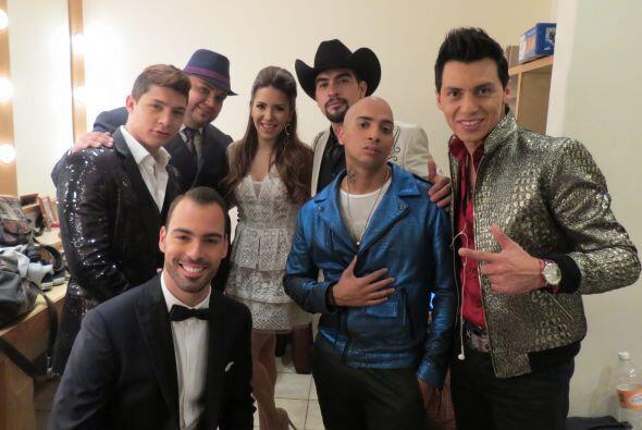 Mario en backstage con Aly Villegas y los demás chicos de la competencia.