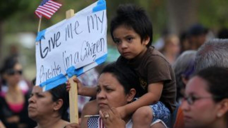 La ley de Arizona, SB1070, enfrenta al menos siete demandas en una Corte...