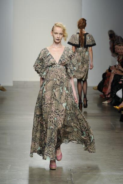 Este vestido pudo haber sido una buena propuesta, de no ser por esas eno...