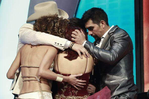 Todo el grupo se fundió en un abrazo.