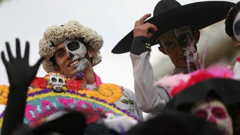 Miles de mexicanos asisten a los cementerios para festejar el Día de los...