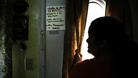 Bertha ha puesto un cartel en la puerta de su casa para que sus hijas no...