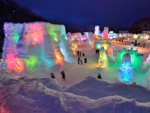 La gente visita el Festival de Hielo Chitose-Lake Shikotsu en Japón, don...