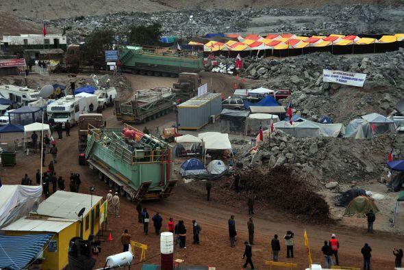 Los 33 trabajadores están atrapados desde el 5 de agosto a 700 m de prof...