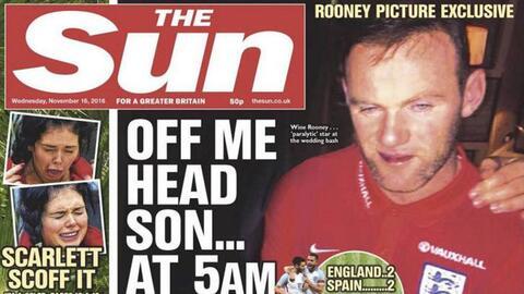 El diario The Sun publicó fotografías de Rooney en aparent...