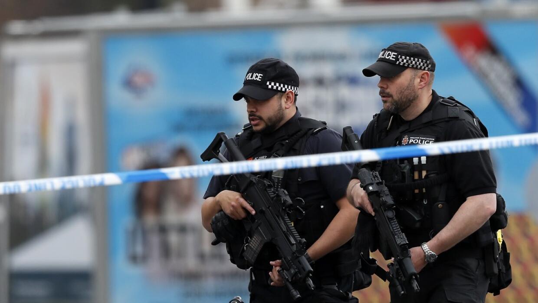 Oficiales de la policía, cerca del Arena de Manchester donde se produjo...