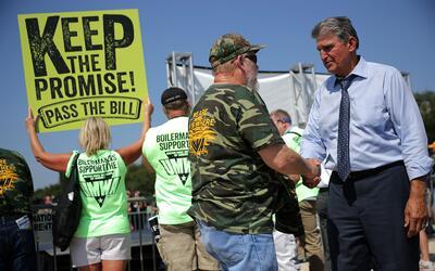 El Senador Manchin en un mitin de la Unión de los Mineros de EEUU