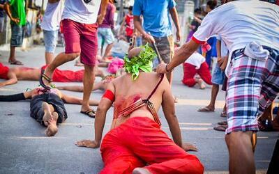 Filipinos participan en una sangrienta celebración de Viernes Santo dond...