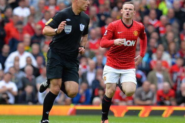 Rooney corrió a reclamar al árbitro por una falta previa,...
