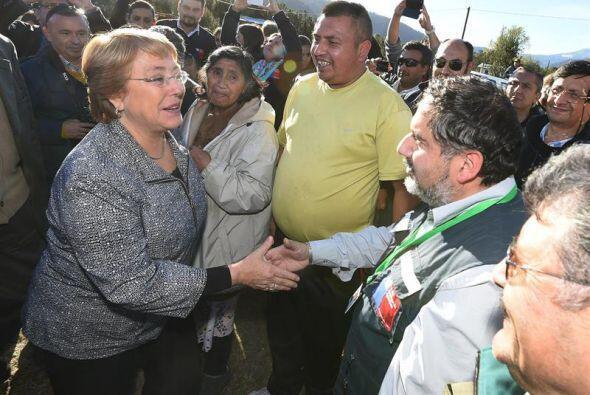 También visitó a los evacuados en compañía de cuatro ministros.