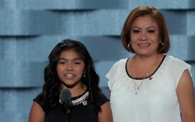 Karla Ortiz, de 11 años, y su madre, Francisca Ortiz, se dirigen a la Co...