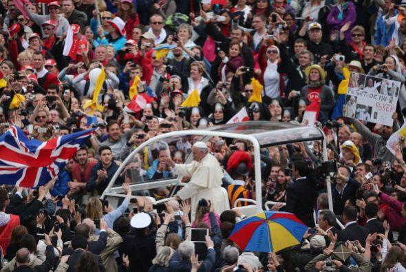 La gente complacida saluda al Papa que ha roto todos los protocolos.