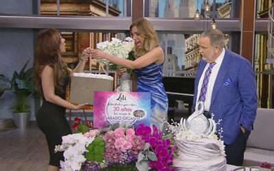 Mira todos los regalos que le dimos a Lili Estefan durante el show para...