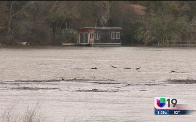 Aumento de nivel en ríos y lagos de California pone a las autoridades en...