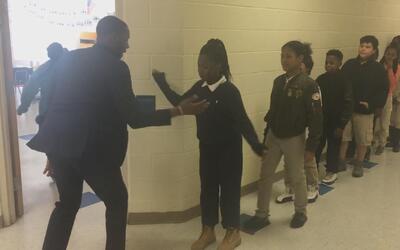 Este maestro personalizó un saludo único con cada uno de sus estudiantes