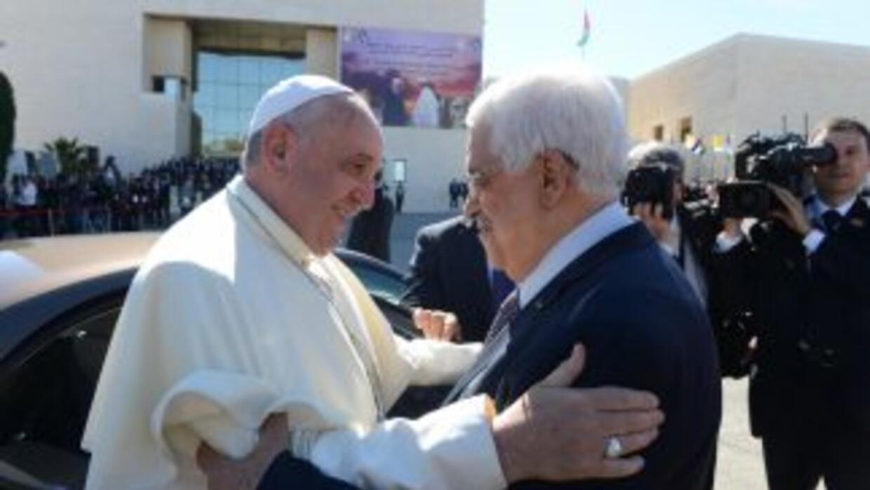 El Papa Francisco saluda al presidente palestino, Mahmoud Abbas, a su ar...