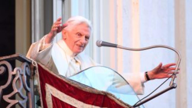 El Papa Benedicto XVI se despide de los fieles desde uno de los balcones...