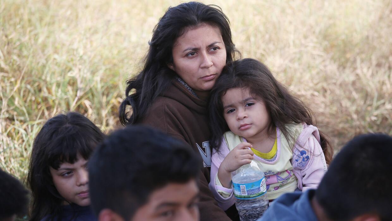 Un grupo de migrantes centroamericanos es detenido por agentes federales...