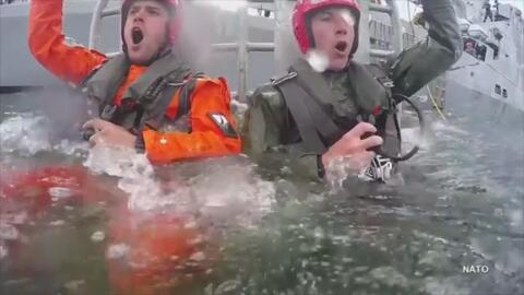 Así entrenan los pilotos de la OTAN para escapar de una cabina bajo el agua