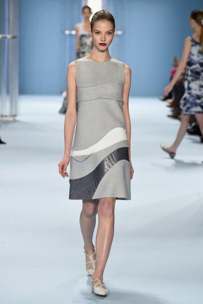 Pensando en algo para usar en el trabajo, este vestido gris con detalles...